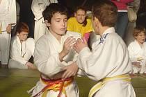Josef Kahoun (vlevo) útočí v boji o prvenství.
