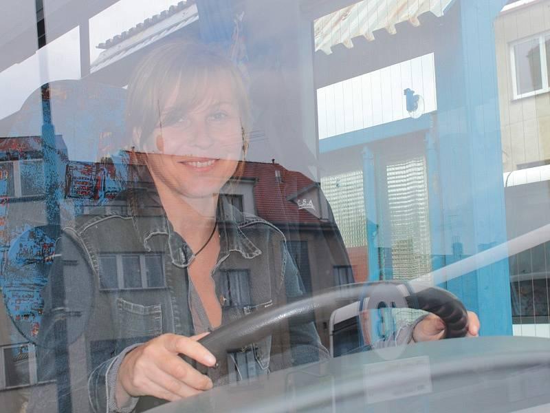Školáci ZŠ Jiráskova doručili nasbíraná víčka na benešovské autobusové nádraží, kde si je převzali pracovníci ČSAD.