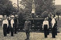 Čestná stráž v den pohřbu prezidenta Tomáše Garrigue Masaryka stála u pomníku na postupickém náměstí 21. září 1937. V čele stál legionář Jan Starosta z Chalup.