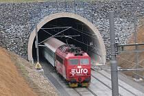 První vlaky s cestujícími projely po přeložce tratě mezi Olbramovicemi a Voticemi.