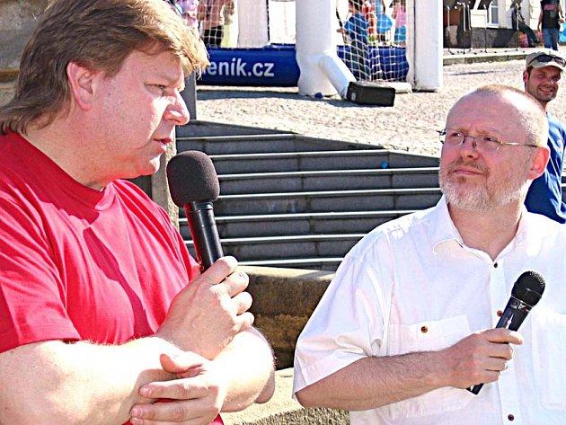 Diskuse na vlašimském Žižkově náměstí, vlevo starosta města Luděk Jeništa, jemuž otázky pokládal šéfredaktor Benešovského deníku Zdeněk Kellner.