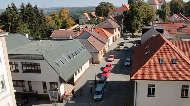 Školní jídelna Na Karlově (vlevo).