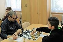 Utkání Pravonín - Sedlčany C skončil spravedlivou remízou. Domácím k tomu výrazně pomohl třináctiletý Lukáš Zeman (na snímku vpravo) výhrou nad zkušeným Ivem Šimákem.