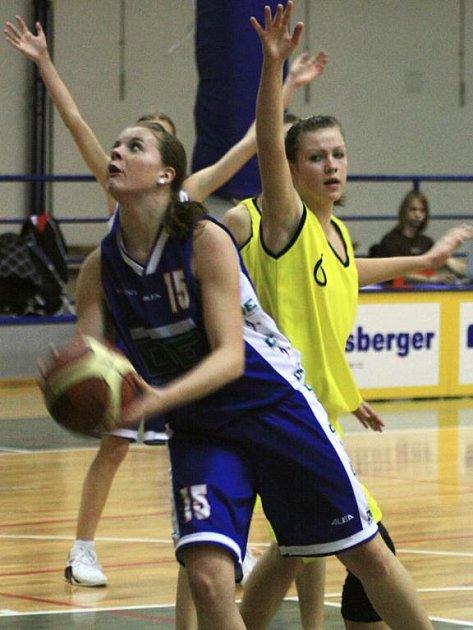 Veronika Ptáčková neuhlídala hráčku Proseka Vondráčkovou (u míče) která dokazovala, že na hostující děvčata na hřišti kralovala