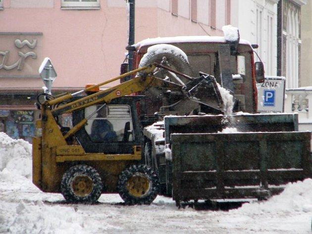 Sněhu přes noc na úterý 17. února napadlo tolik, že na jeho úklid musela do ulic měst vyjet i těžká technika