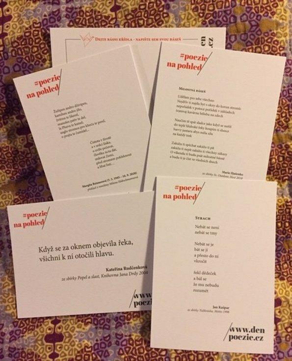 Součástí festivalu Den poezie byly i pohlednice.