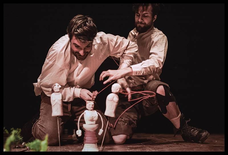 Inscenaci Stín kapradiny podle baladické novely Josefa Čapka o zločinu a tresu nastudovalo a v online podání nabízí v pátek 22. ledna od 19 hodin Divadlo Lampion.