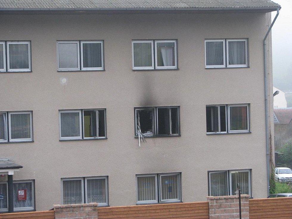 U budovy byl ráno cítít zápach spáleniny a na střepech aromatické uhlovodíky, zjevně z použité hořlaviny