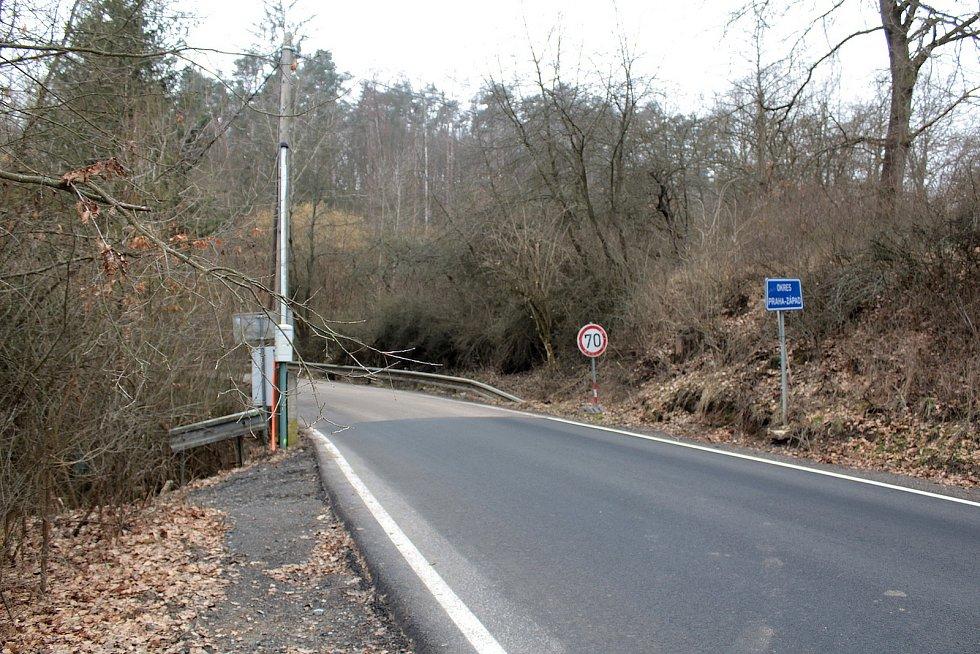 Pomezí okresů Benešov a Praha západ na silnici II/106 mezi Prosečnicí a Kamenným Újezdcem.