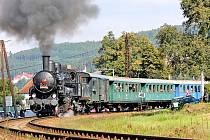 Parní lokomotiva směřující do Týnce nad Sázavou při výjezdu z krhanického nádraží.