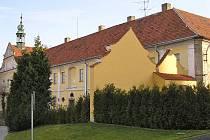 Františkáni museli klášter opustit začátkem dubna 1950. Kostel připadl římskokatolické církvi a budova se změnila na internát. Později objekt zabral na kanceláře blízký podnik Tesla.