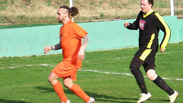 Zápas Postupice versus Zdislavice skončil nerozhodně 3:3. Domácího Martina Slováka (v oranžovém) nahání hostující David Jankovský.