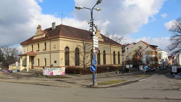 Křižovatka ulic Nádražní a Tyršovy u benešovské sokolovny.