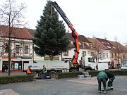 Vánoční strom instalovaný v roce 2017 na Masarykově náměstí v Benešově.