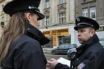 Policisté při diskusi.