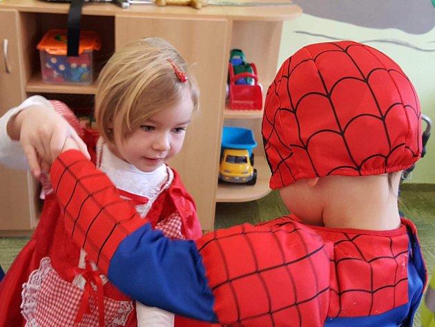 I děti z Mateřské školy Divišov vědí, jak se vítá jaro. Společně se svými učitelkami se převlékly do kostýmů, aby přicházející období oslavily masopustem.