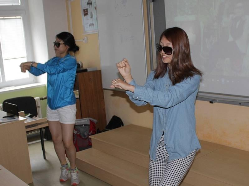 Zahraniční dobrovolníci při návštěvě miličínské základní školy -  Jiyoung Choi a Minyoung Hong, Jižní Korea.