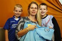 V SEDMÉM kole Podzimní Fortuna ligy BND zvítězila Jana Drábková z Tomic, která si pro cenu v podobě stokorunové poukázky od sázkové kanceláře Fortuna a trička, přišla se svými syny.