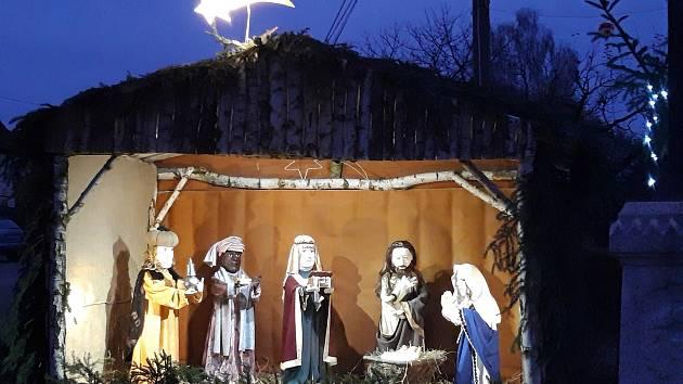 Parta nadšenců vytvořila v Křížově krásný osvětlený betlém.