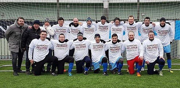 Hráči týmu Jelínek po posledním zápase smužstvem UBuldoka, ve kterém zvítězili 5:1 a poprvé vturnaji starých gard vpražském Xaverově zvítězili.