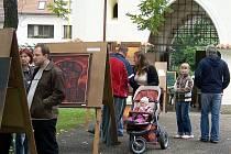 Výstavy pod širým nebem v těsném sousedství Podblanické galerie navázaly na úspěšné Podblanické plenéry a těší se velké oblibě příchozích