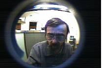 Muž na snímku si zřejmě peníze nalezené v bankomatu nechal. Pokud ho znáte, kontaktujte obvodní oddělení Policie ČR Benešov nebo linku 158.