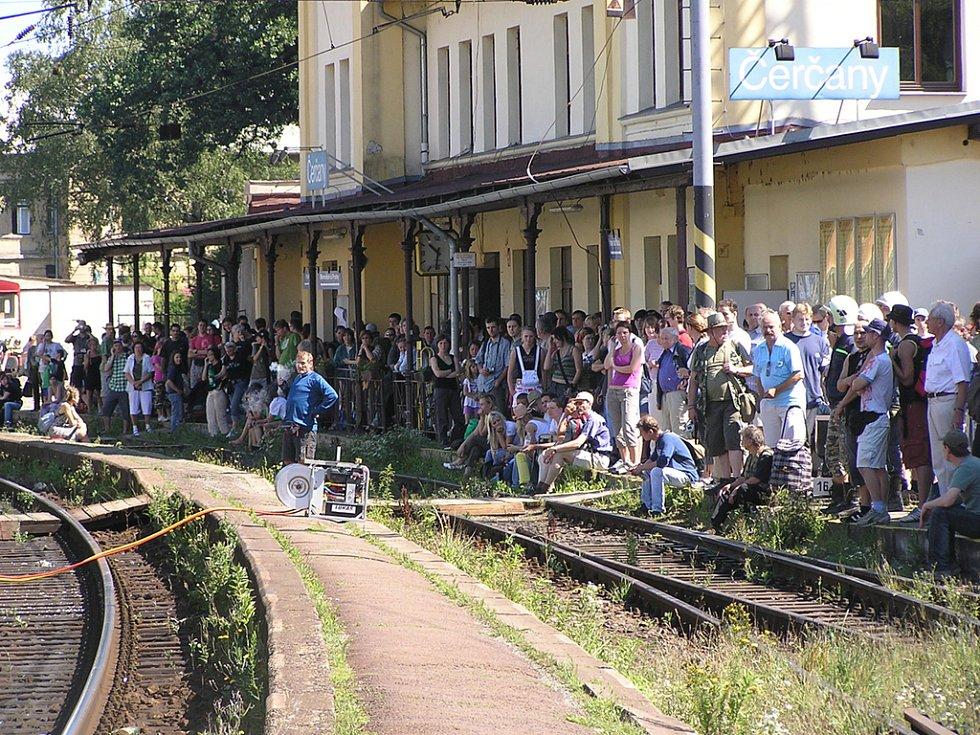 Během několika minut se na nádraží v Čerčanech objevily zástupy přihlížejících
