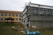 Opravy v areálu louňovické školy neberou konce, aktuálně dělníci zateplují tělocvičnu.
