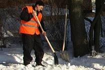 Benešovští dobráci vypomáhají městu s úklidem sněhu a připravují děti pro činnost Mladých hasičů.