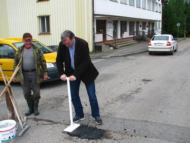Rychlý lék na nebezpečné výtluky. Ty lze zlikvidovat kamennou drtí obalenou asfaltovou směsí s aditivy během několika minut.
