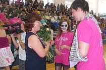 Deváťáci ze Základní školy Dukelská se loučí se svými pedagogy.