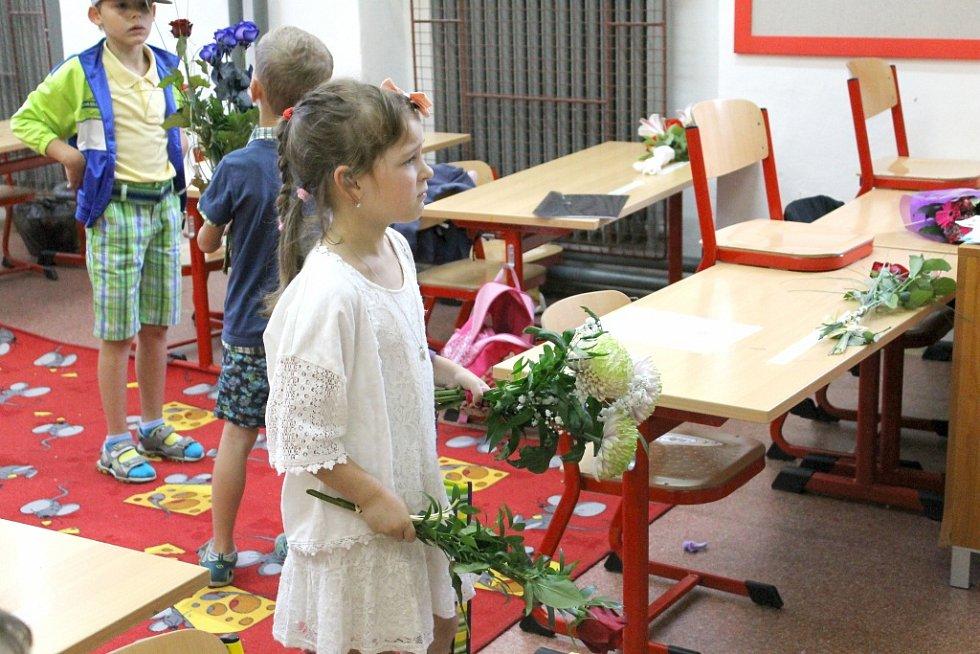 Předávání závěrečného vysvědčení žákům 1. C z benešovské ZŠ Na Karlově.