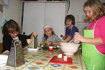 Děti ze školní družiny benešovské ZŠ Jiráskova v rámci kroužku Kuchařinky připravovaly pomazánku