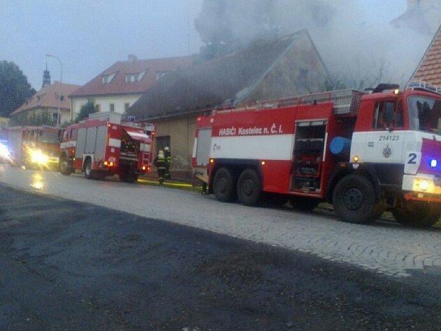 Požár střechy rodinného domu v Kostelci nad Černými Lesy.