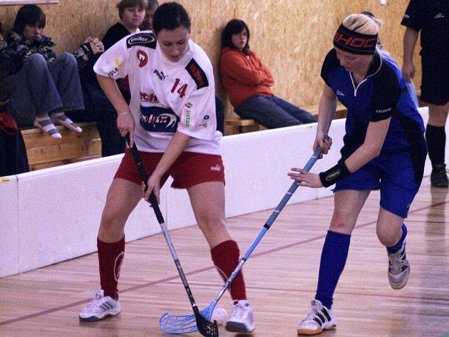 Jitka Nováková (vpravo) se také zasloužila v závěru se Střešovicemi (Kobrová) o otočení výsledku