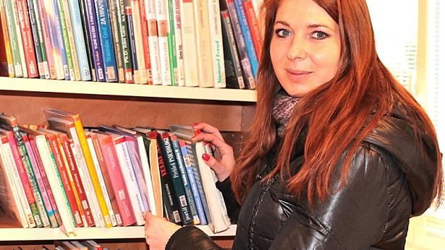 Se stěhováním knížek pomáhá votickým knihovnicím i ředitelka MKC Jana Pavluková.