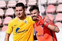 Brankář Nicolas Rotbauer (vpravo) a autor rozhodující penalty Ondřej Urban rozhodli proti Vyšehradu.