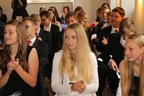 Při slavnostním loučení dostali deváťáci drobné dárečky, někteří dokonce pochvalu za svou mimořádnou činnost v rámci školy. Přítomní si mohli užít i hudební vystoupení.