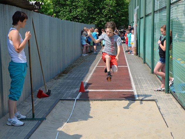 Děti soutěžily například ve skoku do dálky.