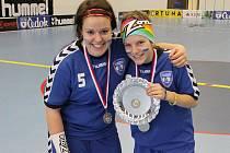 Simona Matušková (vpravo) a Veronika Šraierová s trofejí za druhé místo v lize juniorek.