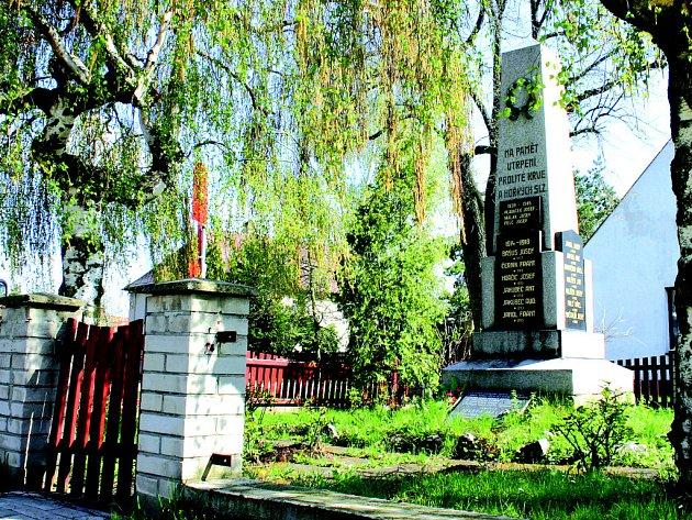 Pomník v Mečeříži je nyní bez plotu.