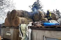 Šest jednotek hasičů muselo zasahovat v obci Okrouhlo 17. května odpoledne. Chytilo tam zhruba 25 balíků slámy.