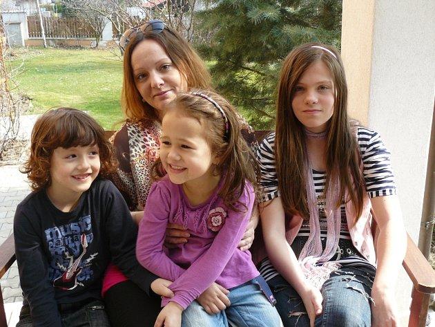 Johana Timplová (vpravo), s bratrem Gabrielem (vlevo), sestrou Julií (uprostřed) a mámou Magdalenou.