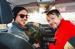 Libor Podmol (vlevo) si projede Dakar s reportérem rádia Vlastou Korcem.