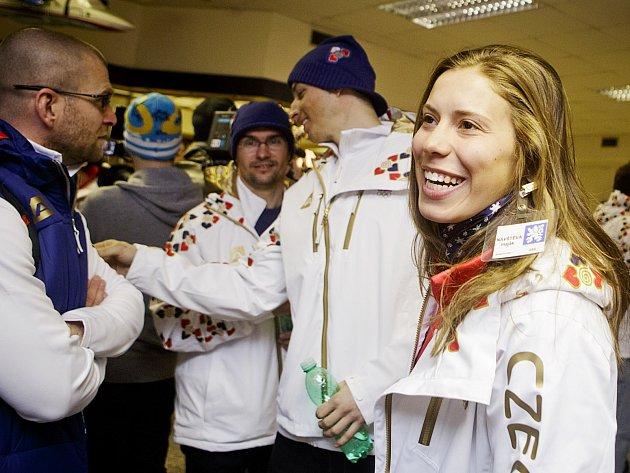 Snowboardistka Klára Samková je jednou s českých medailových želízek v ohni. Při odletu na Olympijské hry do Soči se usmívala. Věřme, že se bude smát i po závodech.