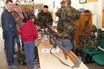 Výstroj a výzbroj vojáků a policie má veřejnost málokdy příležitost  si osahat