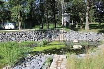 Koupadla v Benešově leží na levém břehu Benešovského potoka. S pravým ho spojí brzy most.