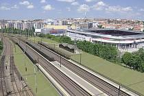 Budoucí zastávka Eden. Plocha vpravo od ní zůstane volná pro koleje budoucí vysokorychlostní tratě Praha - Brno.