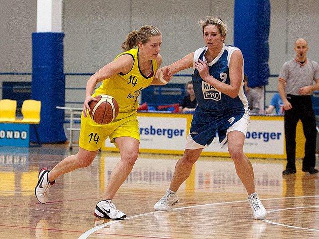 Benešovskou Janu Němcovou (u míče) bránila kralupská Zuzana Melicharová.