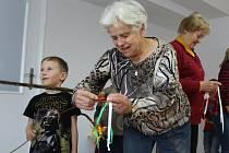 Setkání dvou generací v prostorách kontaktního místa Pomoci seniorům a zdravotně postiženým v Benešově.